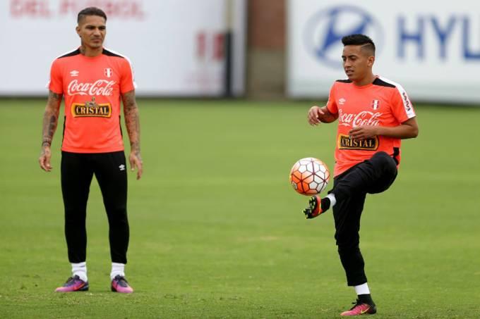 Paolo Guerrero e Cueva durante treino da seleção peruana