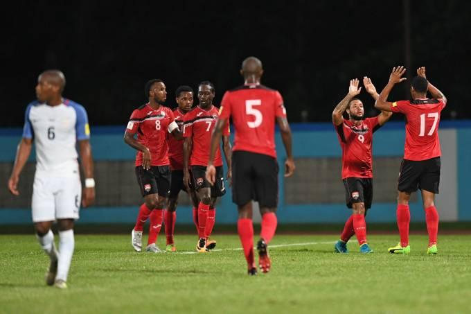 Jogadores do Trinidad e Tobago comemoram gol contra os Estados Unidos, pelas Eliminatórias da Copa da Rússia, eCouva