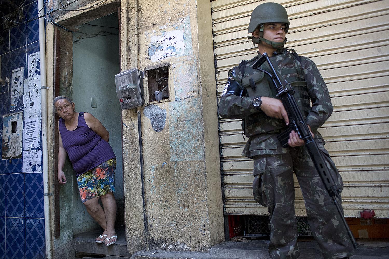 Polícia e Forças Armadas ocupam favela no RJ atrás de traficantes   VEJA