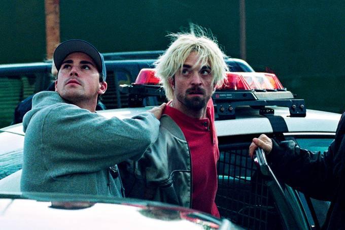 CINEMA – Bom Comportamento: Pattinson (no centro) prova que é bem mais que o vampiro romântico de Crepúsculo