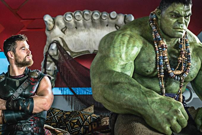 De mal – Thor (Hemsworth) e Hulk (Ruffalo): o humor do desconforto dentro de uma aventura espalhafatosa e colorida