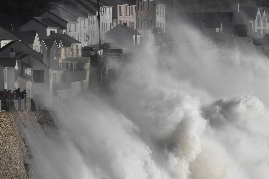 Ondas gigantes atingem as barragens do mar e o porto de Porthleven, na Cornualha, enquanto a tempestade Ophelia chega no Reino Unido - 16/10/2017