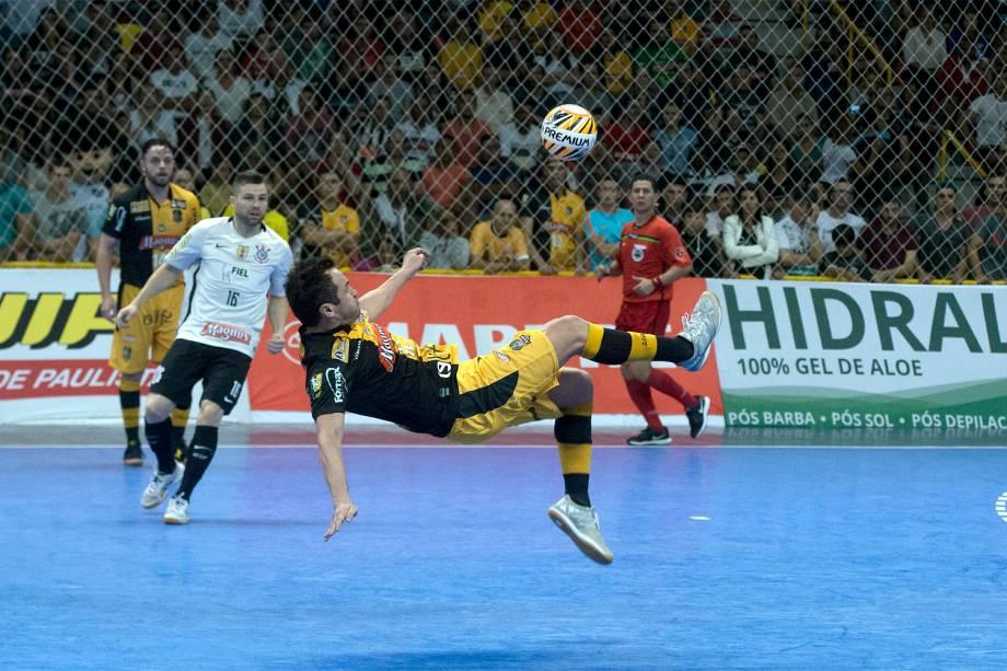 Falcão aplica bicicleta na partida contra o Corinthians, mas bola vai para fora
