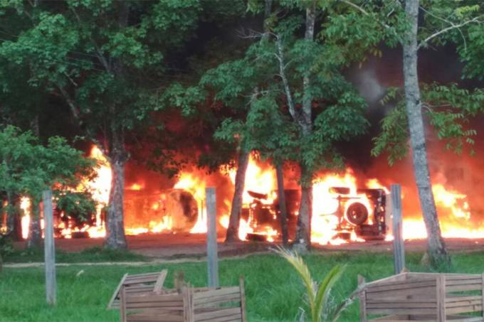 Garimpeiros ateiam fogo na sede do Ibama em Humaitá, Amazonas