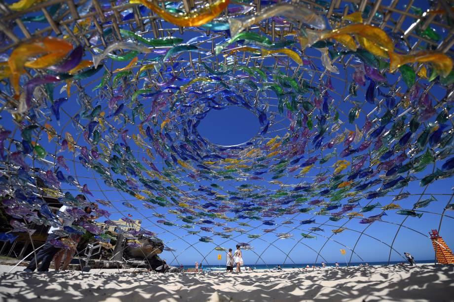 """Uma escultura do artista Jane Cowie é exibida durante a exposição """"Escultura pelo mar"""" perto da praia de Bondi, em Sydney, na Austrália - 19/10/2017"""
