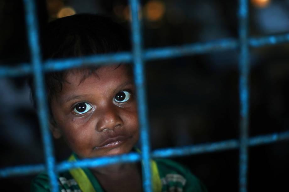 Um menino refugiado Rohingya, que atravessou a fronteira de Myanmar esta semana, se refugia na Escola Primária de Long Beach, no campo de refugiados de Kutupalong, perto de Cox's Bazar, Bangladesh - 23/10/2017