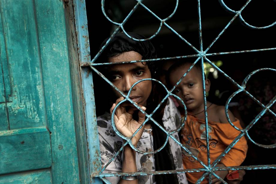Refugiados rohingyas recém chegados à Bangladesh aguardam para serem levados até o acampamento Cox's Bazar, onde se encontram outros milhares de muçulmanos - 02/10/2017