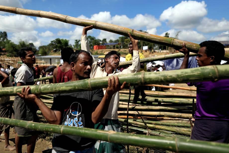 Refugiados Rohingya recebem pedaços de bambu para fazer uma cabana no campo de refugiados Balukhali em Cox's Bazar, Bangladesh - 11/10/2017