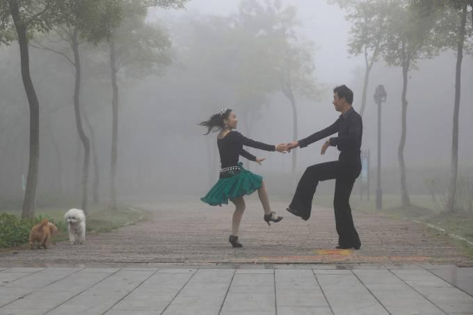 Casal dança em um parque na China