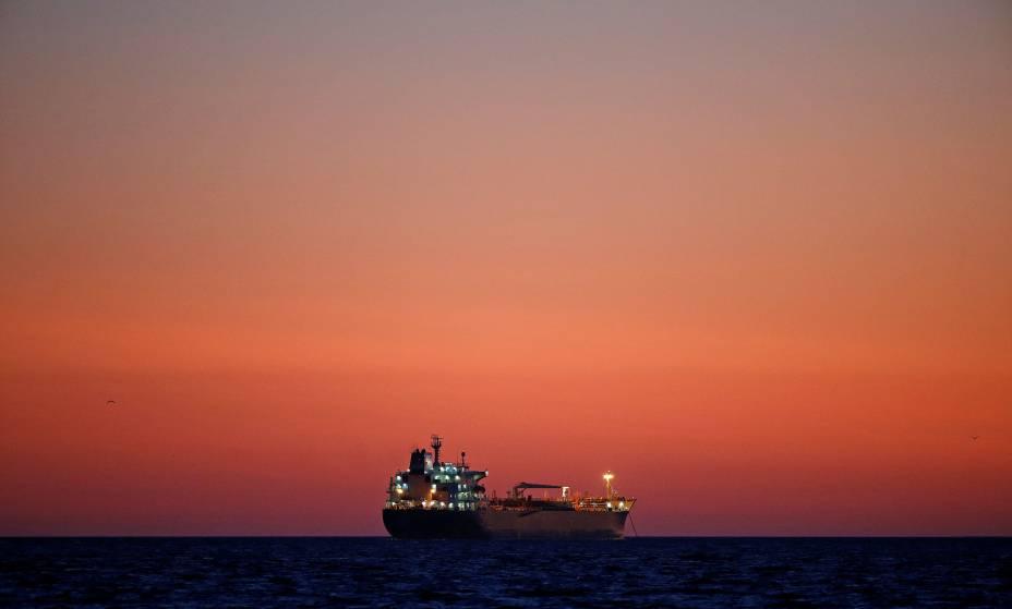 Um navio petroleiro é visto ao pôr-do-sol ancorado na reserva petrolífera de Fos-Lavéra, perto de Marselha, na França - 06/10/2017