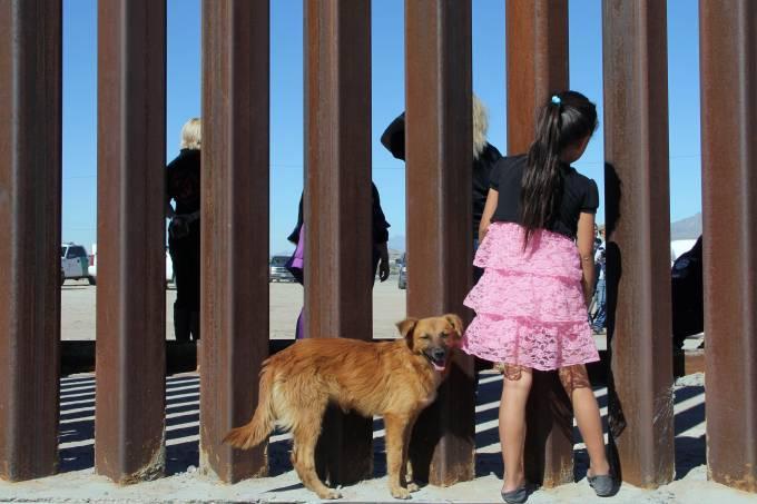 Criança na fronteira entre México e EUA