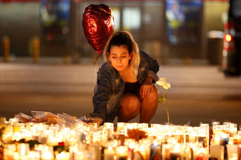 Uma mulher presta homenagem às vitimas do massacre durante o festival 'Route 91 Harvest' próximo ao local do incidente, em las Vegas, no estado americano de Nevada - 03/10/2017