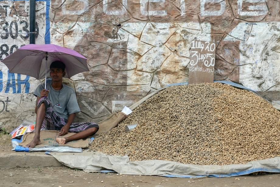 Vendedor expõe nozes à venda em um mercado de rua na cidade de Chennai, na Índia - 06/10/2017