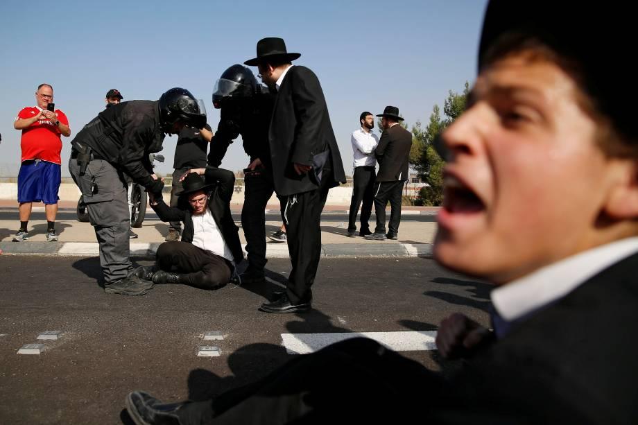 Judeus ultraortodoxos participam de um protesto contra a detenção de membros de sua comunidade que falharam em se reportar a um escritório de recrutamento militar, perto de Modiin, em Israel - 19/10/2017