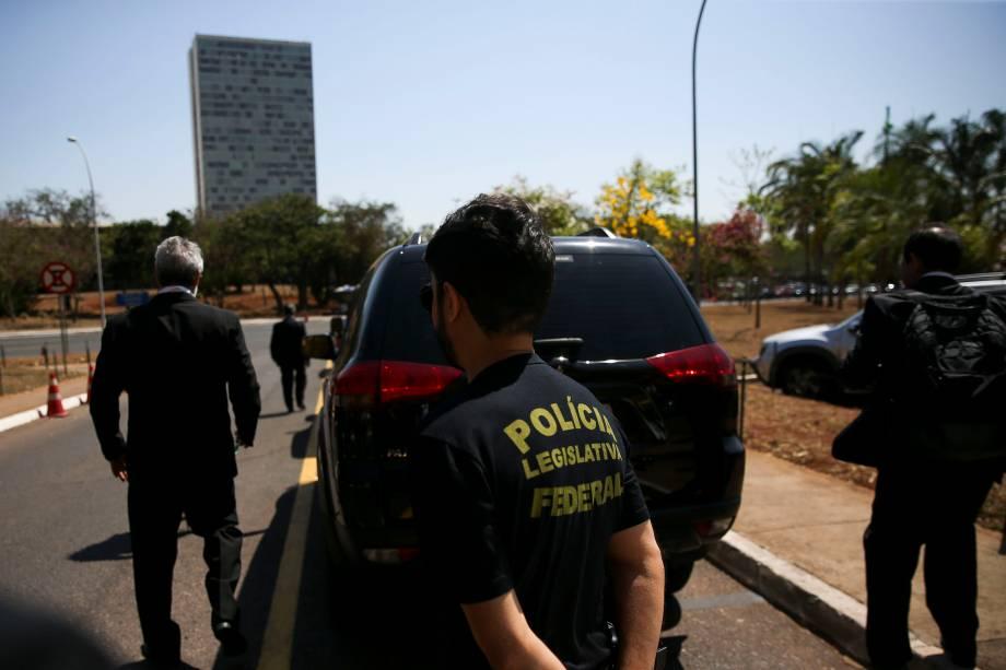 Policiais deixam o prédio da Câmara dos Deputados após buscas no gabinete do deputado Lúcio Vieira Lima - 16/10/2017