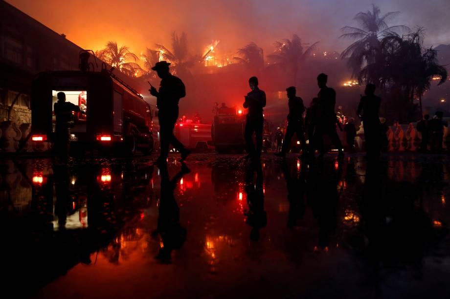 Policiais trabalham na área de um incêndio no hotel Kandawgyi Palace em Yangon, um dos pólos prestigiados por turistas em Myanmar - 19/10/2017