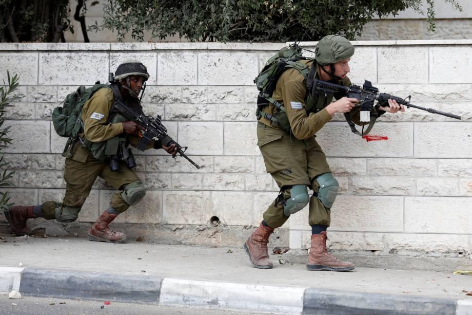 Soldados israelenses confrontam rebeldes em Ramallah, na Palestina - 06/10/2017