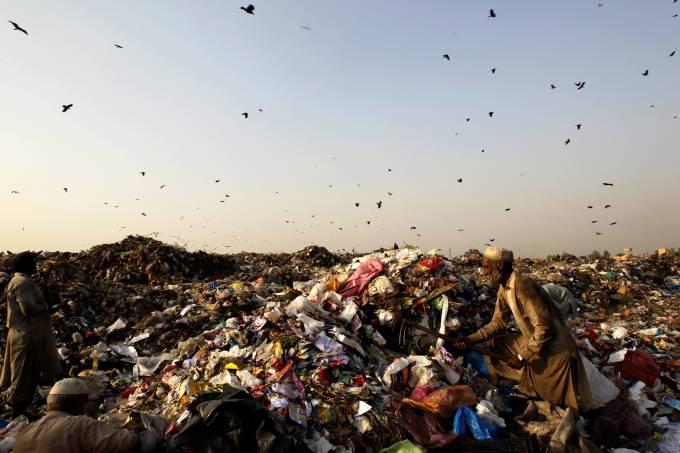 Lixão a céu aberto no Paquistão