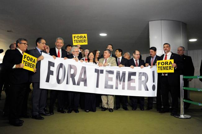 Oposicionistas protestam contra Temer na Câmara