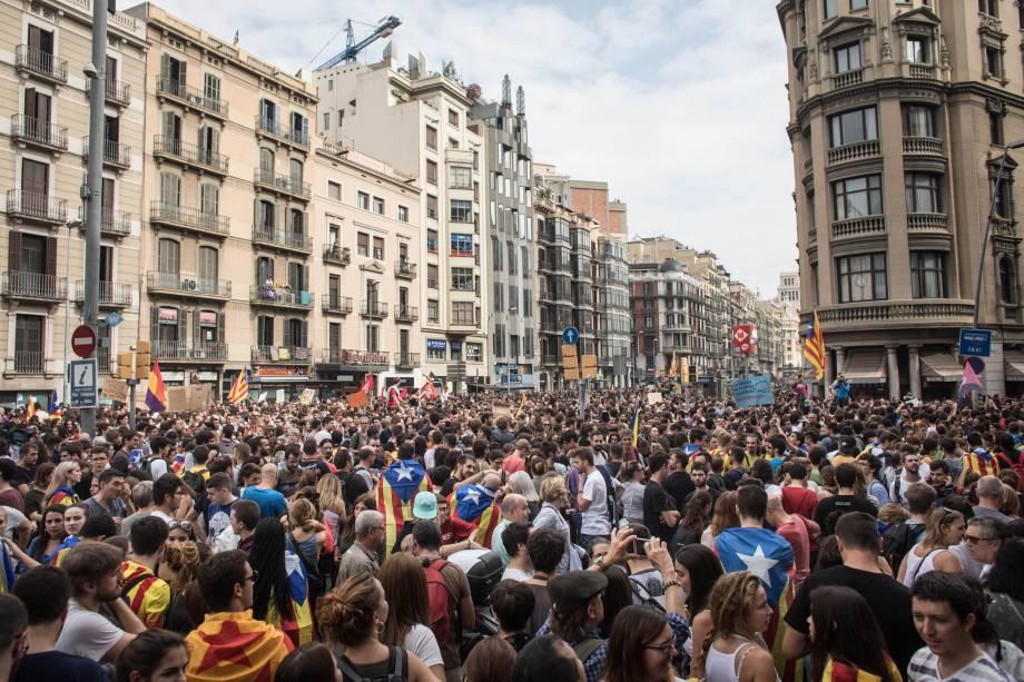 Milhares de pessoas se reúnem na Plaza Universitat, em Barcelona, durante uma greve geral contra a violência ocorrida no último domingo (01), dia de votação do referendo da Catalunha, que foi considerado ilegal e antidemocrático pela capital Madri - 03/10/2017