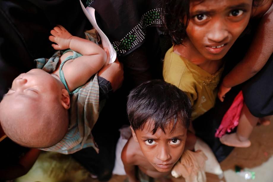 Refugiados rohingyas recém chegados à Bangladesh aguardam pelo auxílio de algum centro de ajuda para refugiados em Teknaf, perto de Cox's Bazar - 03/10/2017