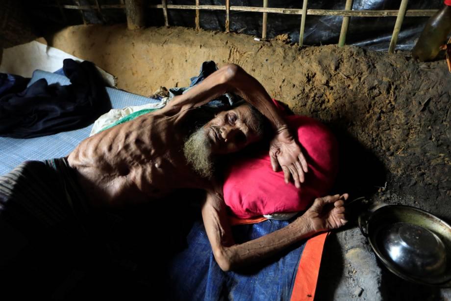 Um refugiado rohingya é fotografado deitado em seu abrigo no acampamento de Kutupalong, no Bangladesh - 20/10/2017