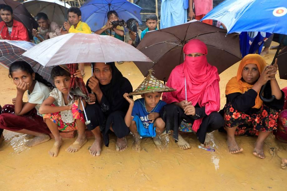 Os refugiados Rohingya fazem filas para receber ajuda humanitária no campo de refugiados de Kutupalong, em Cox's Bazar, no Bangladesh - 20/10/2017