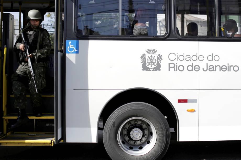 Forças armadas fazem revista em um ônibus municipal durante operação contra tráfico de drogas no Morro dos Macacos, Rio de Janeiro - 06/10/2017