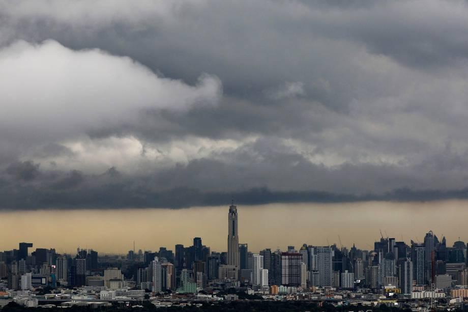 Nuvens carregadas cobrem o céu na cidade de Bangkok, capital da Tailândia - 03/10/2017