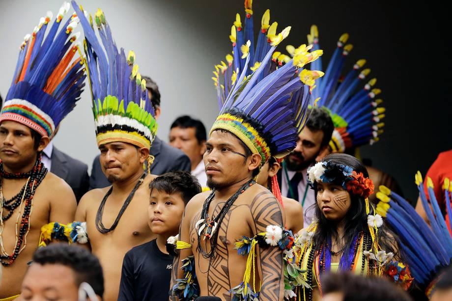 Índios participam de audiência pública sobre produção agrícola em terras ocupadas por povos tradicionais, na Câmara dos Deputados, em Brasília. Desde cedo, representantes de diferentes etnias e regiões do país protestavam nos arredores da Câmara contra o arrendamento de terras - 18/10/2017