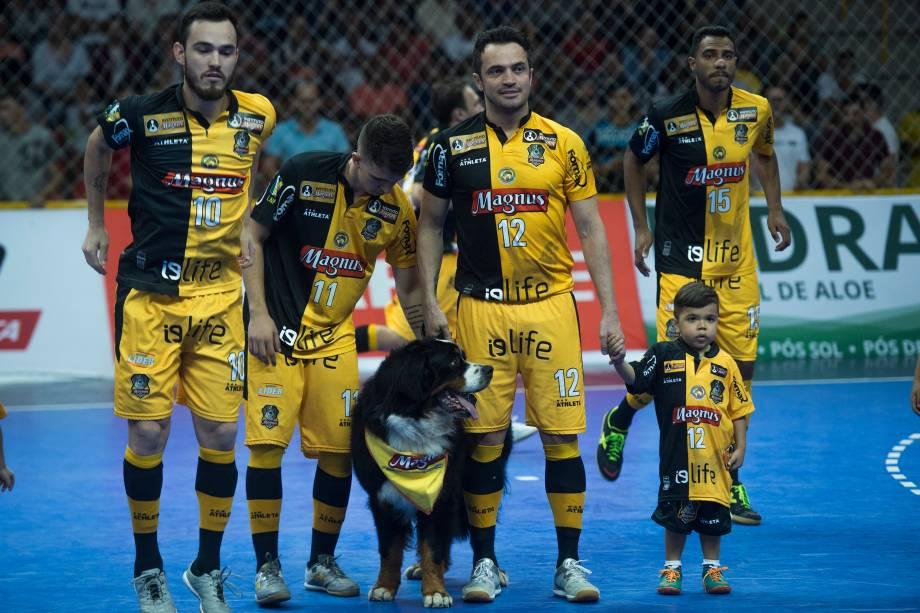 Antes do início da partida, o mascote do time entra em quadra ao lado de Falcão