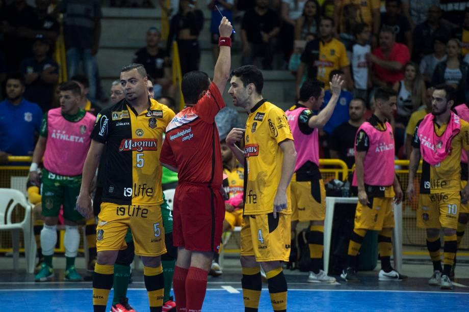 Neto recebe cartão amarelo após falta cometida contra um jogador do Corinthians