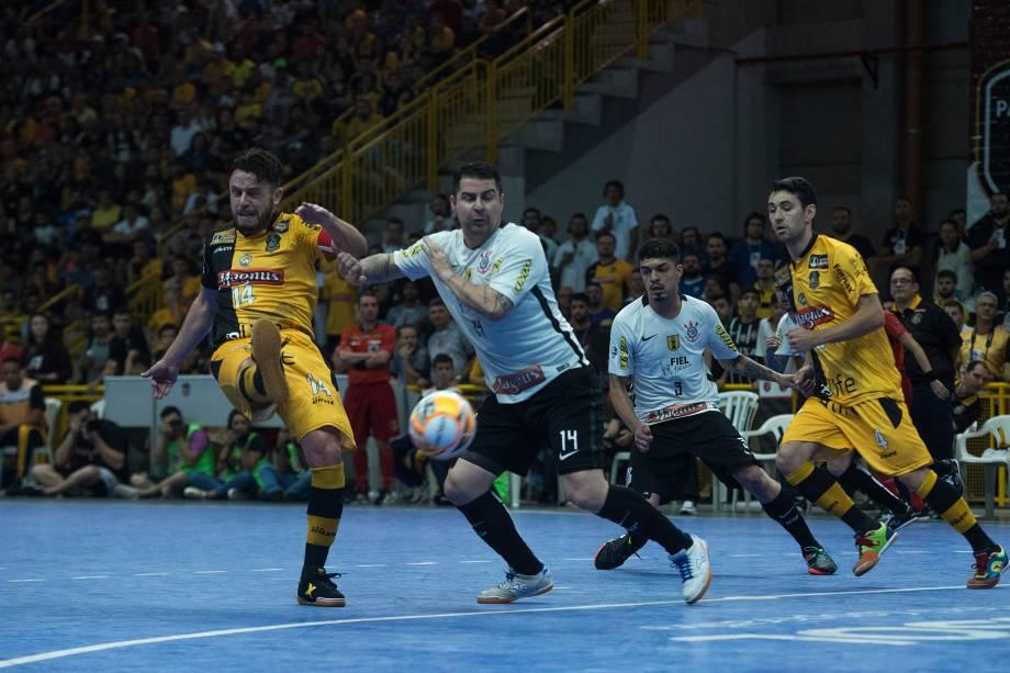 Rodrigo, do Sorocaba, e Vander Carioca, do Corinthians, travaram duelos quentes na decisão em Sorocaba