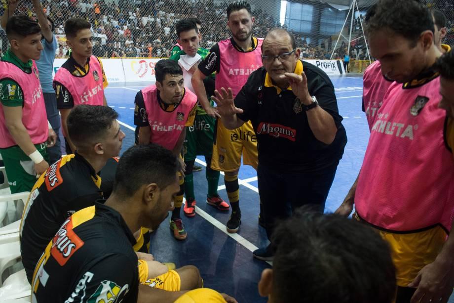 O técnico Fernando Ferretti, do Sorocaba, pede um tempo para auxiliar seus jogadores durante a final da Liga Paulista de Futsal contra o Corinthians