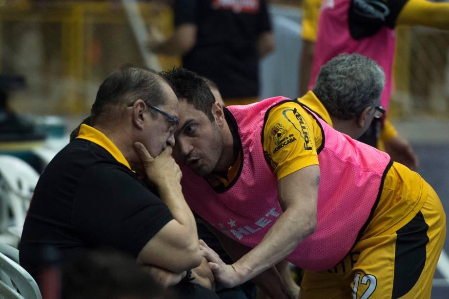 Falcão conversa com o técnico Fernando Ferretti durante a final contra o Corinthians, na Arena Sorocaba