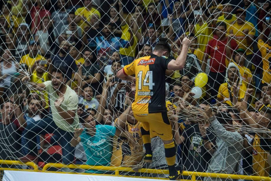 O capitão Rodrigo comemora o primeiro de seus dois gols com a torcida na Arena Sorocaba