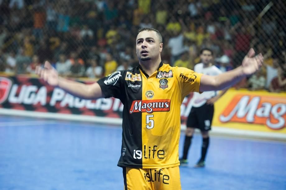Eder Lima comemora o terceiro gol da equipe do Sorocaba no tempo normal