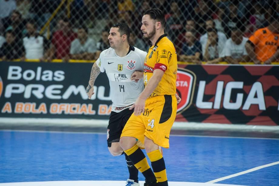 Rodrigo do Sorocaba e Vander Carioca do Corinthians, durante a final da Liga paulista de Futsal, a dupla de números 14 travou diversos lances de disputa na partida