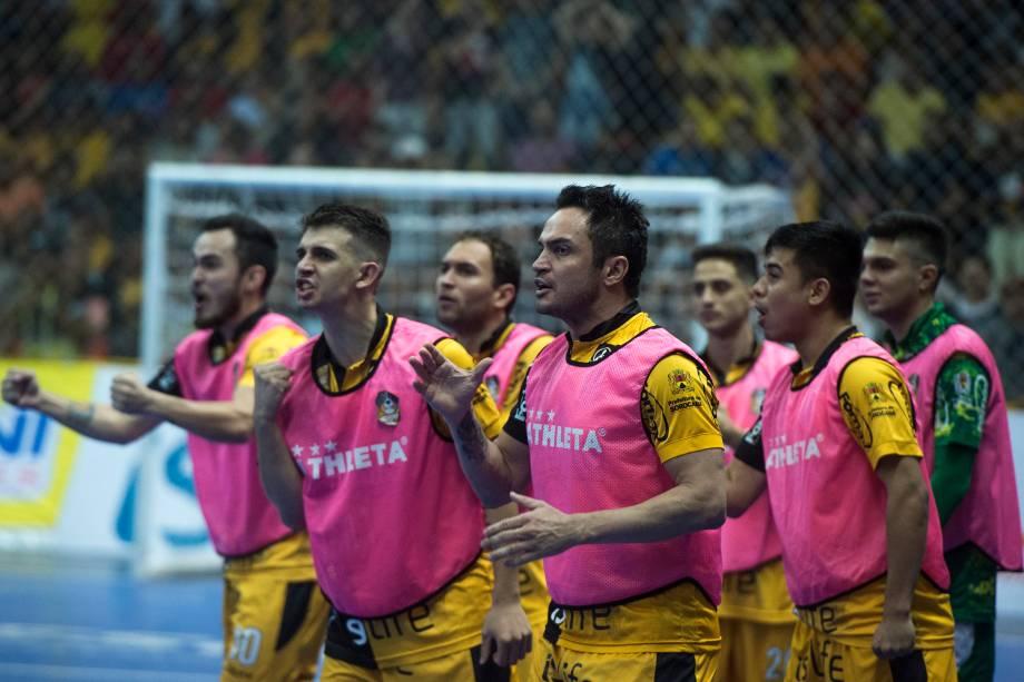 Jogadores do banco de reservas do Sorocaba durante a comemoração de um gol na partida decisiva contra o Corinthians, válida pela Liga Paulista de Futsal