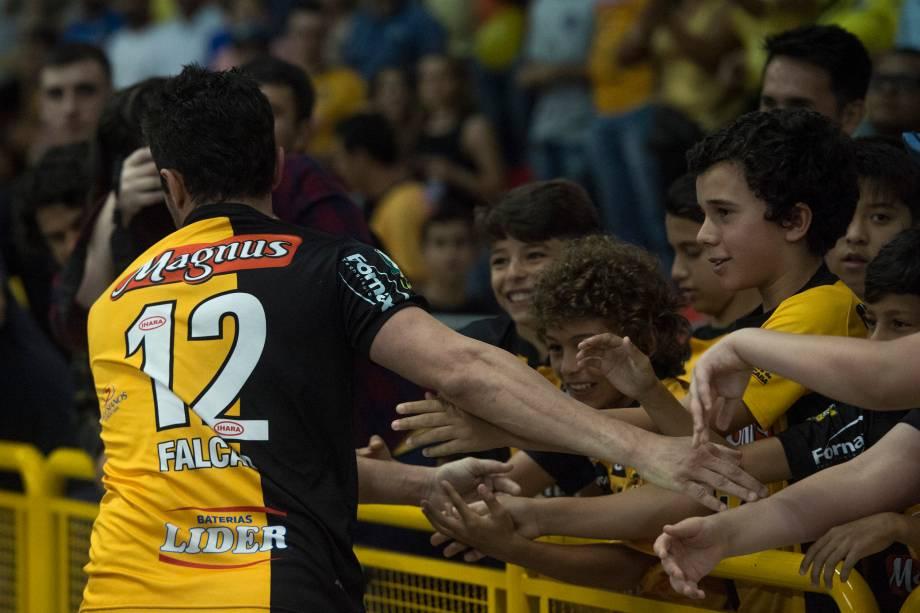 Falcão comemora seu primeiro gol na final da Liga Paulista de Futsal, contra o Corinthians, junto às crianças na beira da quadra