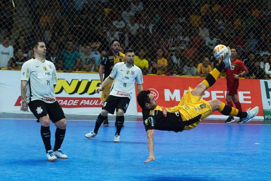 Falcão aplica bicicleta na partida em que o Sorocaba venceu o Corinthians e conquistou o título da Liga Paulista de Futsal, na Arena Sorocaba
