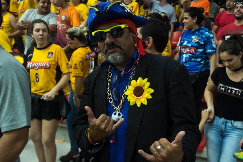 Um sósia do cantor Falcão compareceu à Arena Sorocaba para torcer pelo outro Falcão, o ídolo do Sorocaba