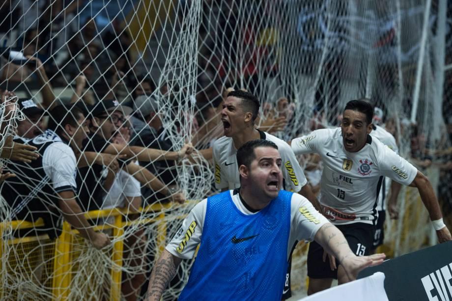 Após o único gol marcado por Douglas no tempo regular, pela equipe do Corinthians, jogadores comemoram próximo à grade com a torcida