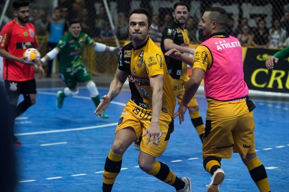 Falcão comemora o gol marcado na prorrogação da partida final contra o Corinthians, válida pela Liga Paulista de Futsal, na Arena Sorocaba, em São paulo