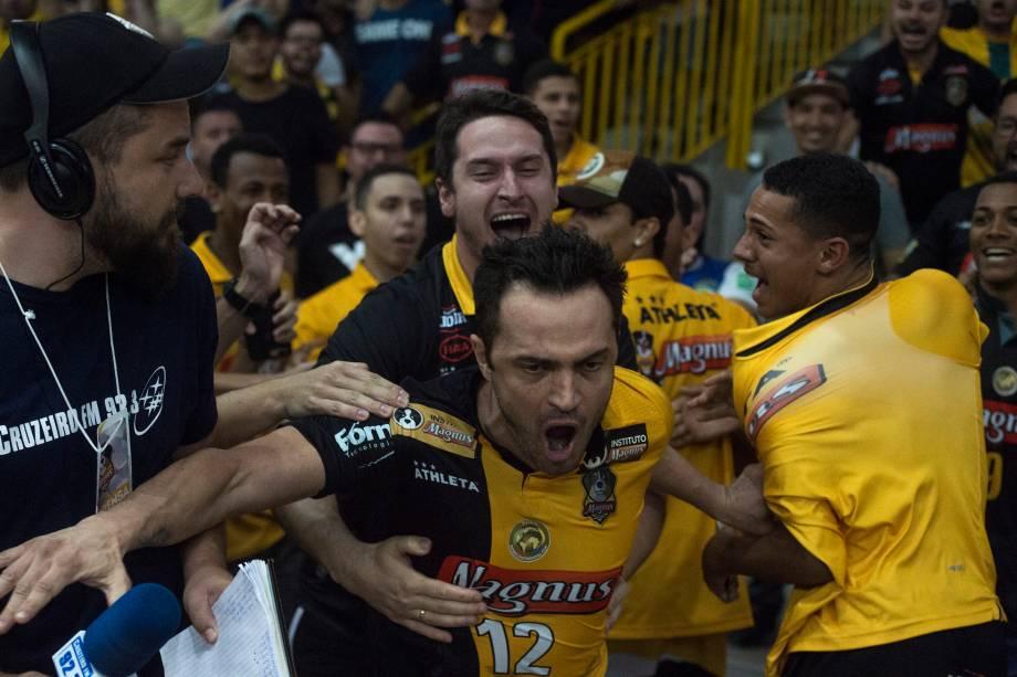 Após marcar um gol na prorrogação, Falcão pula a grade e comemora em meio à torcedores do Sorocaba