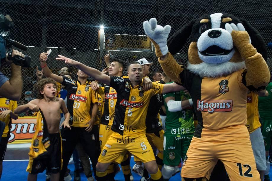 Equipe do Sorocaba comemora o título de bicampeão da Liga Paulista de Futsal, na Arena Sorocaba, em São Paulo