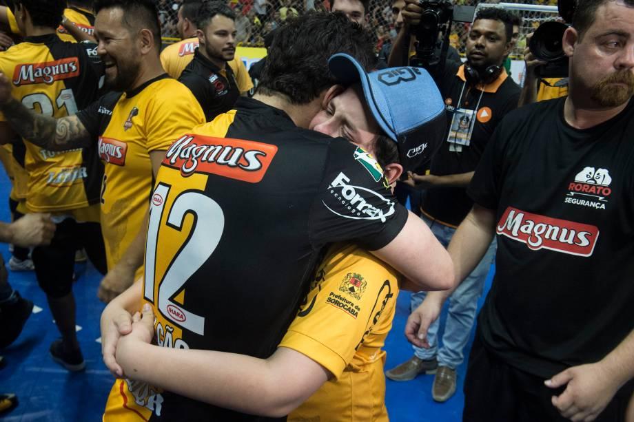 Falcão abraça seu filho mais novo, Enzo, durante a comemoração do bicampeonato da Liga Paulista de Futsal pelo Sorocaba