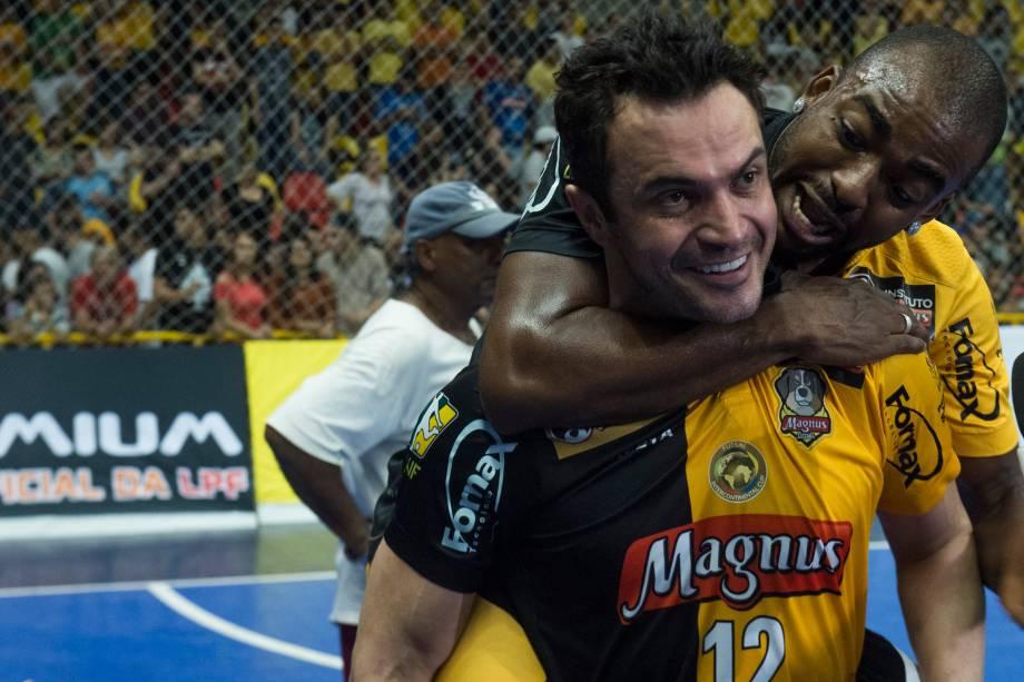 Falcão recebe abraço de Arthur durante a comemoração do segundo título paulista do Sorocaba