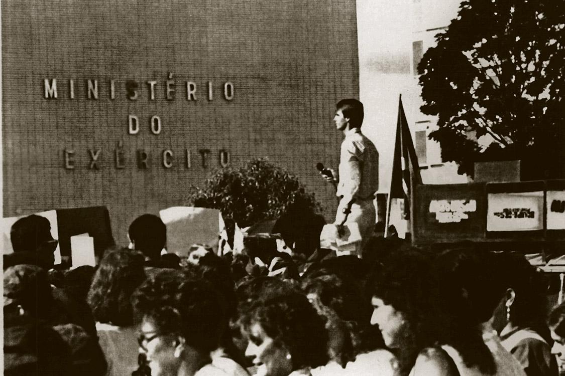 BRASÍLIA, DF, 27.04.1992: O deputado Jair Bolsonaro falando em cima de um caminhão durante manifestação de esposas de militares na Esplanada dos Ministérios, Brasília (DF) (Foto: Lula Marques/Folhapress)
