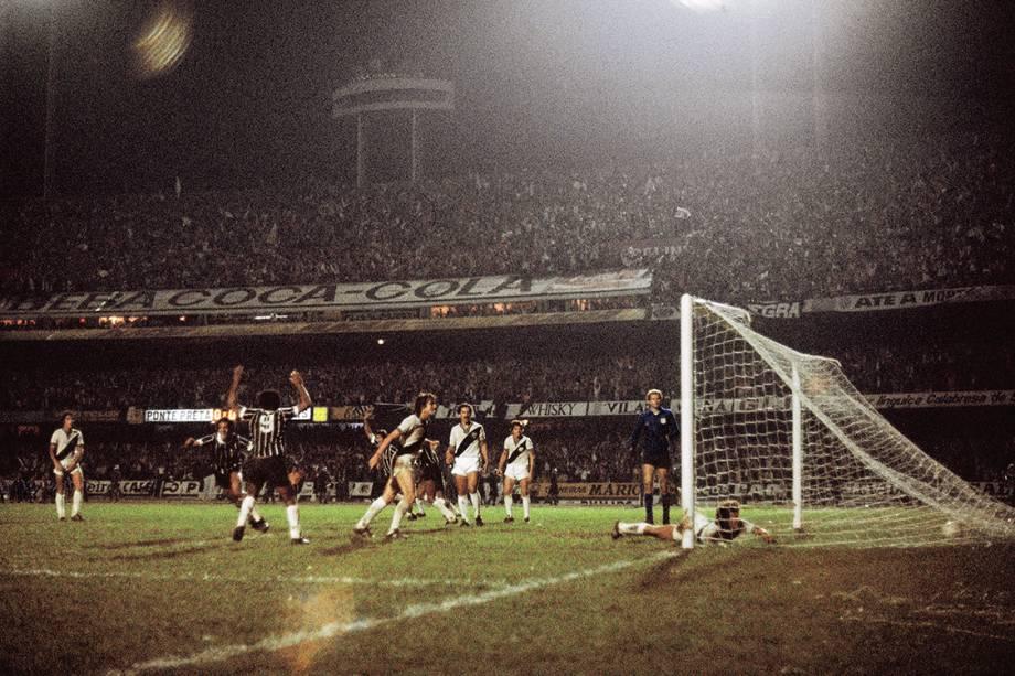 Lance do gol de Basílio, do Corinthians, contra a Ponte Preta, na final do Campeonato Paulista, no Estádio do Morumbi, em 1977
